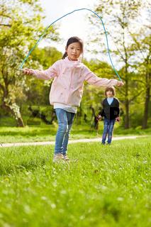 Asiatisches Mädchen beim Seilspringen