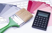 Taschenrechner mit Pinsel und Farbfächer auf Tastatur