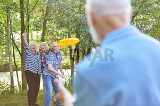 Senioren haben Spaß beim Frisbee Spiel