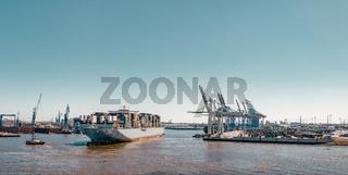 Conatinerschiff beim anlegen an einem Containerterminal im Hafen von Hamburg