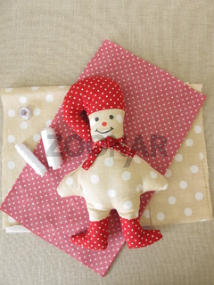 Selbst genähtes Weihnachts Wichtelmännchen mit roter Zipfelmütze und roten Stiefeln