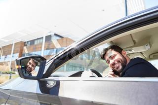 Autofahrer wird beim Autofahren abgelenkt