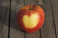 Malus domestica Jonagored, Apfel, Apple, Herz auf Schale