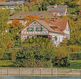 Fachwerkhaus am Rhein, Flurlingen bei Schaffhausen, Schweiz