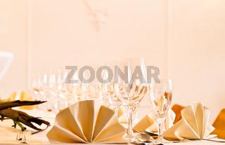 Festliches Tisch-Arrangement mit Gläser und Servierten und Besteck