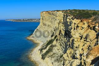 Felsige Steilküste bei Luz, Algarve, Portugal