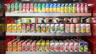KÖLN, OKTOBER 2019: Viele Saft Getränkedosen auf ANUGA Messe