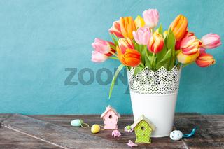 Bunte Tulpen mit Dekoration