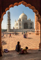 27. Dezember, 2016, Agra, India: Frau mit Kind vor dem Taj Mahal