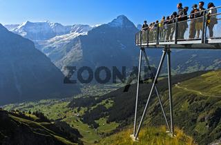 Aussichtsplattform mit Touristen hoch über dem Ort Grindelwald, Schweiz