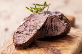 gegrilltes saftiges Steak auf Olivenholz