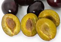 Vier Zwetschkenhälften teilweise mit Kerrn; four halves of  plums
