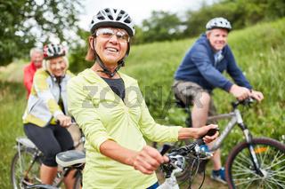 Senioren machen Urlaub mit dem Fahrrad