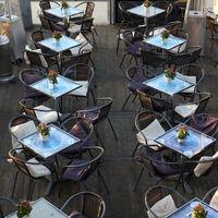 Tische eines Ausflugsrestaurants