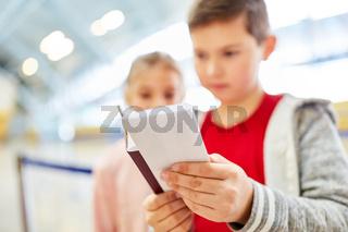 Kinder mit Reise Dokumenten im Flughafen Terminal