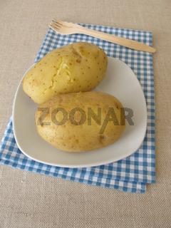 Kalte gekochte Kartoffeln mit Schale