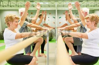 Gruppe Senioren beim Rehasport an der Ballettstange