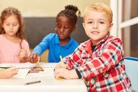 Junge als Schüler oder Vorschüler beim Malen