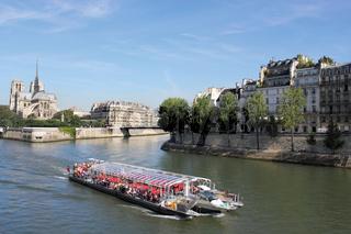 Touristenboot bei Notre Dame