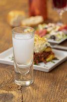 griechischer Ouzo mit Moussaka auf holz