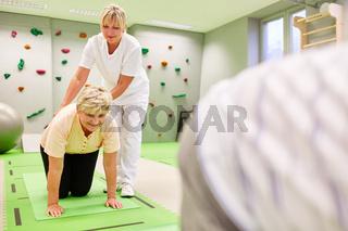 Seniorin bei einer Rückenübung in der Physiotherapie