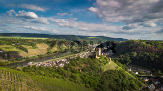 Ein Blick ins Moseltal bei Kobern-Gondorf in Rheinland-Pfalz