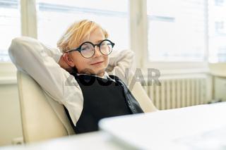 Junge als cooler Manager oder Chef im Büro