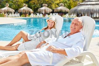 Senioren Paar genießt den Urlaub am Pool
