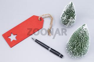 Kugelschreiber rotes Etikett und Tannenbäume