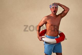 Porträt eines erschrockenen hemdlosen Mannes, der vor einem beige Hintergrund steht.