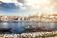Blick auf die Altstadt von Porto, den Fluss Douro und die typischen, früher für den Portwein-Transport benutzten Rabelo-Boote