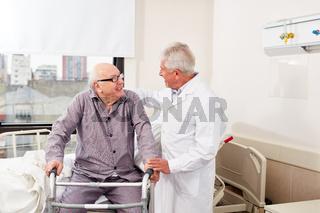 Senior Mann mit Rollator lernt Gehen
