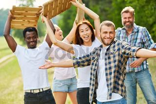 Multikulturelles Team trainiert mit Holzfliesen