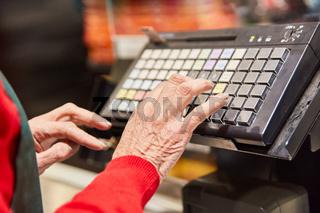 Eintippen auf der Tastatur der Registrierkasse