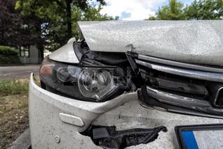 Unfallauto am Straßenrand