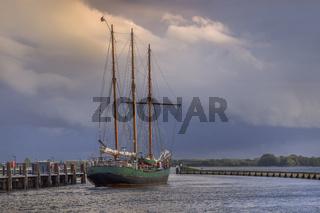 Ausfahrt eines Seglers aus dem Hafen von Maasholm (Schleswig-Holstein)