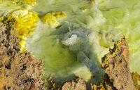 Wasser spritzt aus einer kleinen heissen Mineralquelle