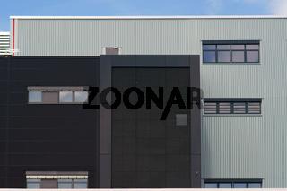 Modernes Industriegebäude mit Gitter
