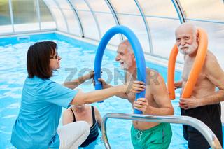Senioren und Therapeutin bei der Hydrotherapie