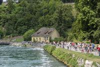 Touristen an der Promenade vor dem Rheinfall in Neuhausen am Rheinfall