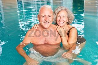Glückliches Senioren Paar im Pool