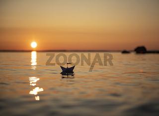 Romatischer Abend in Finnland mit Papierschiff