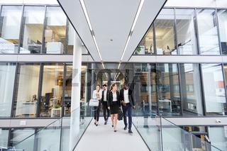 Gruppe Geschäftsleute im modernen Büro