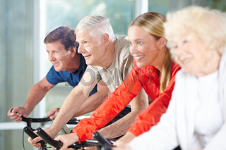 Senioren trainieren beim Spinning