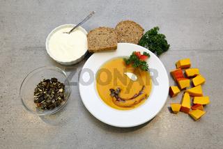 Kürbissuppe mit Kürbiskernen und Kürbiskernöl
