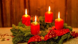 Weihnachten Adventskranz mit 4 brennenden Kerzen auf altem Holz