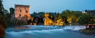Die Tortellini-Stadt Borghetto am Gardasee am Abend
