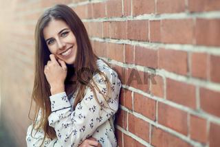 Hübsche junge Frau blickt in die Kamera