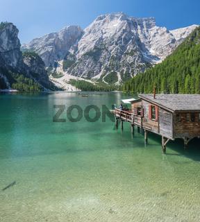 Der Pragser Wildsee mit glasklarem Wasser