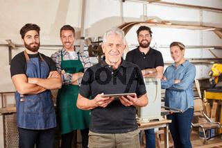 Handwerker Meister vor Schreiner Team